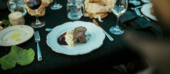 Viini ja ruokatarjoilut juhlapöydällä