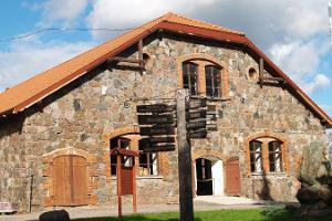 Estnisches Landwirtschaftsmuseum, Hauptgebäude und Hinweisschilder