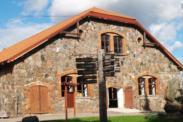 Главное здание Эстонского музея сельского хозяйства и указатели
