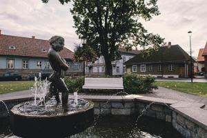 """Skulptūra """"Zēns ar zivi"""" uz Johana Laidonera laukuma"""