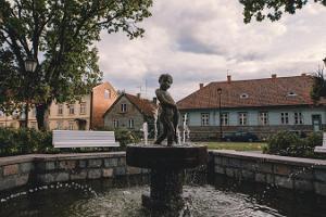 """Skulpturen """"Pojken med fisk"""" på Johan Laidoners fält"""