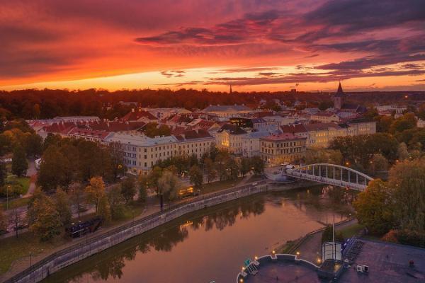 Arku tilts un daiļais Tartu saulriets