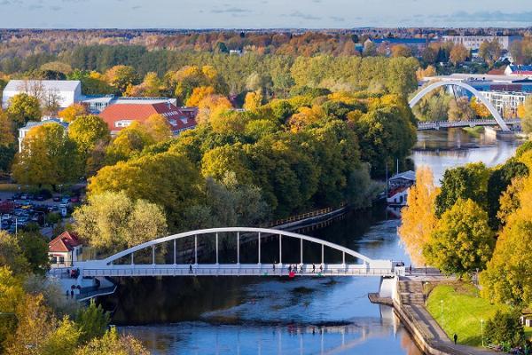 Arku tilts un Emajegi upe zaļos krāsu toņos