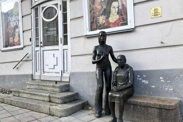 "Skulpturen ""Lantkvinnor"""