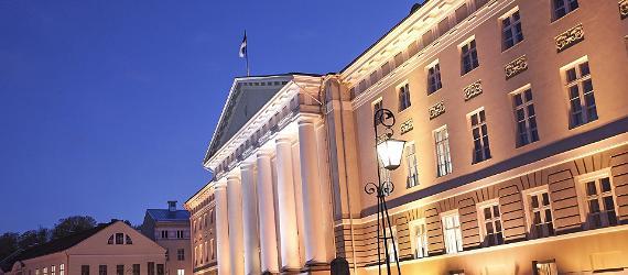 Tarton yliopiston päärakennus valaistuna illalla