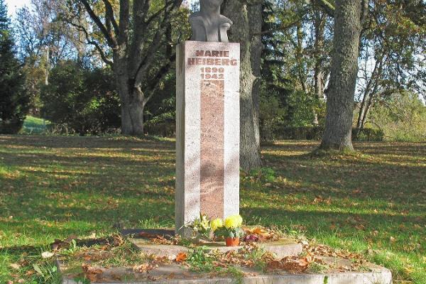 Piemineklis M. Heibergai Urvastes baznīcas parkā