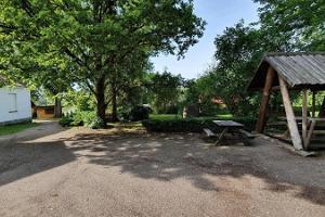 Äksi pastoraadi külalistemaja avar õueala koos varikatusega puhkealaga