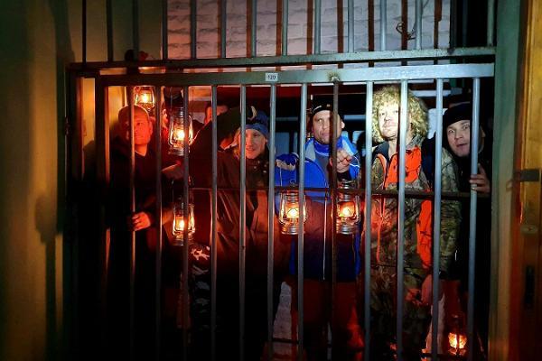 Auf Exkursion mit Laternen ins Gefängnis Murru zusammen mit einem Führer