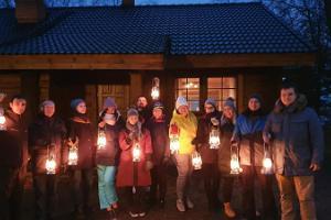 Wandern auf den Wegen des Tagebaus Rummu und des Aschebergs bei Laternenlicht