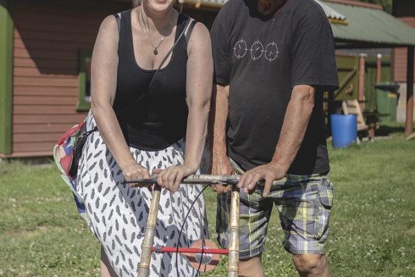 Kalamehe Talu kodumajutus ja rõõmsad kohalikud poseerimas ratastel tõukekelguga