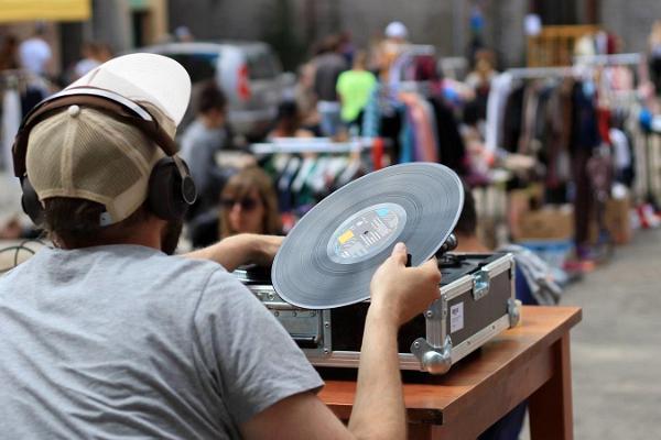 Müürilille flea market at Aparaaditehas Creative City: lots of goods and buyers, and a DJ playing vinyls