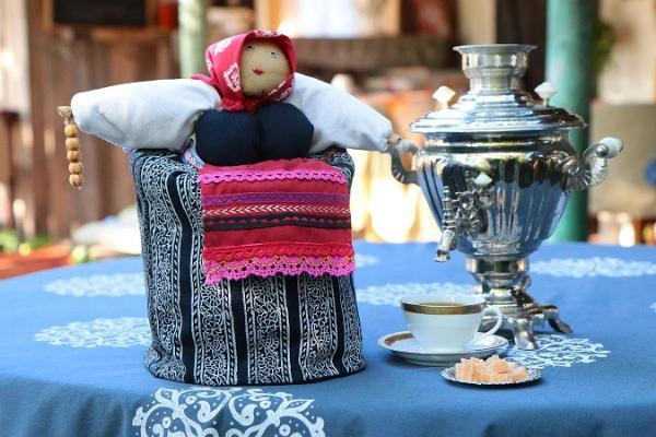 Peipusa reģiona Apmeklētāju centra kafejnīca, attēlā patvāris ar tēju un vārīto cukuru
