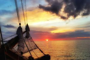 Auringonlaskun risteilyt ja konsertit merellä purjealus Hoppetilla