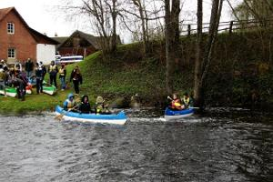 Izbraucieni ar kanoe laivām Roosu saimniecībā