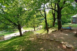 Puude vahel asuv Tartu loodusmaja pargi mänguväljak