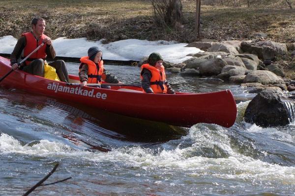 Ar kanoe laivu lejup pa Vehandu dzirnavu dambja krācēm!
