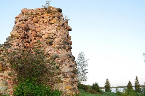 Die Ruinen der Burg von Kirumpää