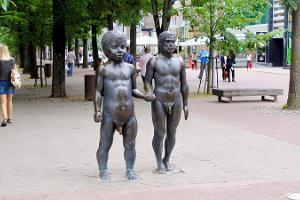 """Skulpturen """"Fadern och sonen"""""""