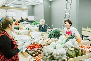 Tarton kauppahalli: laaja ja värikäs valikoima ja ostokset täydessä vauhdissa