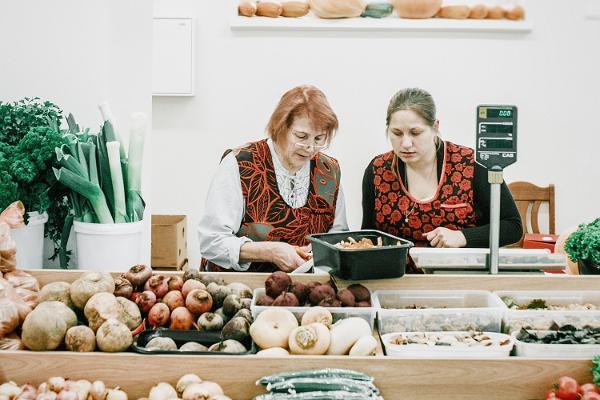 Tartus Saluhall: säljare bakom grönsaksdisken
