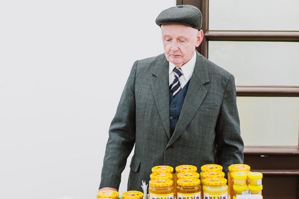 Tartus Saluhall: biägare med sitt utbud av honung