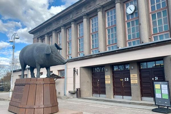 """Tartus Saluhall: """"Bronsgrisen"""" hälsar framför byggnaden"""