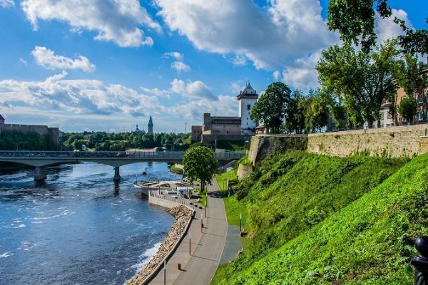 Narva Jõepromenaad vaatega Narva Linnusele