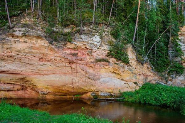Härma müürid Piusa jõe ürgorus
