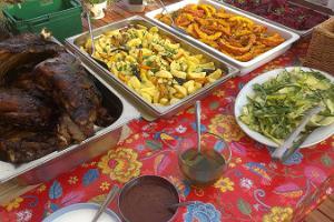 Kopīga gatavošana salas gardēžu Riida saimniecībā Manijas salā