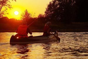 Поход на каноэ по реке Эмайыги на закате солнца