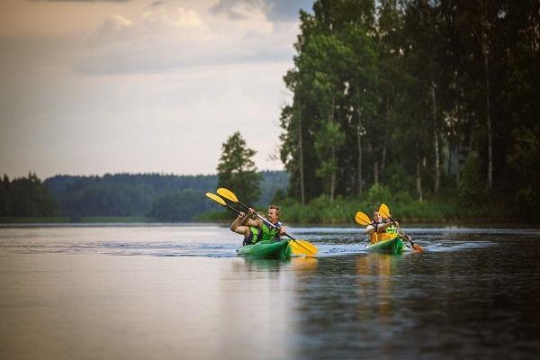 Izbraucieni ar smailītēm pa Pihajerves ezeru