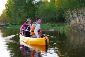 Kopravaatlusmatk kanuudel, neljaliikmeline perekond kanuus