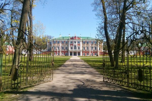 Guided Tour around Kadriorg Park with KUMU Museum