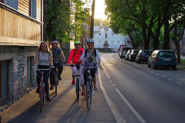 Mit dem Fahrrad auf den abendlichen Straßen von Tallinn