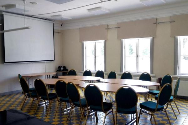 Elvan asemarakennuksen seminaaritila