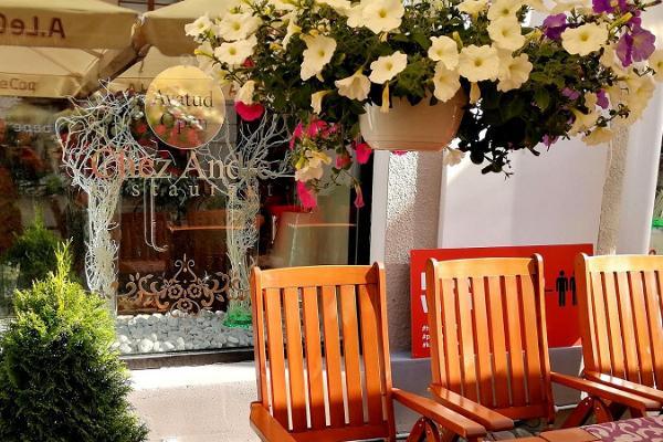 Restaurant Chez André, outdoor terrace