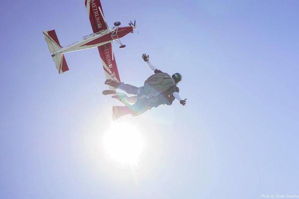 Izpletņlēkšana tandēmā ar pieredzējušu instruktoru Raplas lidlaukā