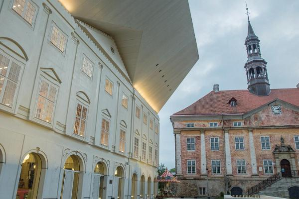 Kohvik Muna hoone väljast koos Narva Raekojaga