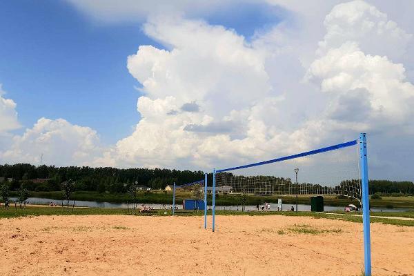 Nõo Discgolfi Park, võrkpalliplats ning eemal paistev Veskijärv ning rand