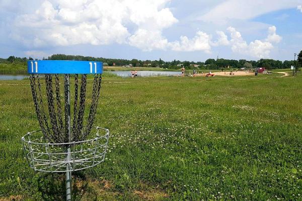 Nõo discgolfi pargi raja korv, mis asub supelranna lähedal