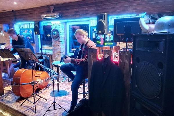Party hall at Äksi Moto Ranch and a band