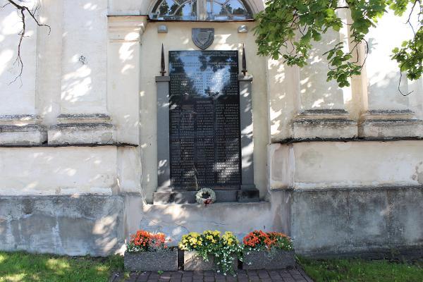Die Gedenktafel für finnische Freiwillige (Põhja Pojad)