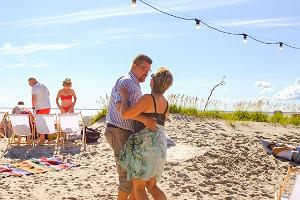 Dansande par på en sommardag