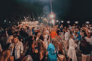 Folkmassa under helgen framför Põks bar