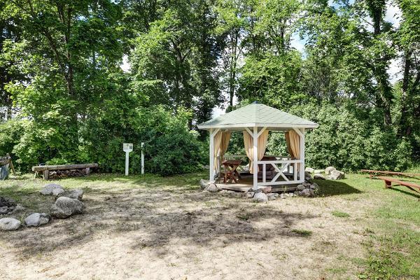 Anija mõisapargi paviljon põlispuude all