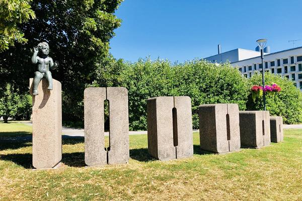 100 000. Tartu iedzīvotāja dzimšanai veltīta skulptūru grupa