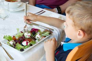 Mäetaguse mõisahotelli restoranis Rosen laps söömas