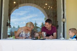 Mäetaguse mõisahotelli restoranis Rosen väljas pere söömas