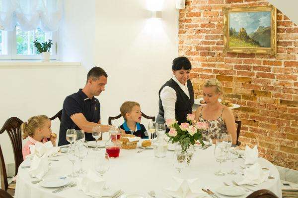 Saka Mõisa restoranis pere lõunatamas võlvkeldrisaalis