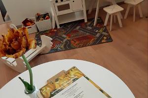 Resto Parkin lasten nurkkaus leikkimiseen ja lasten ruokalista pöydällä